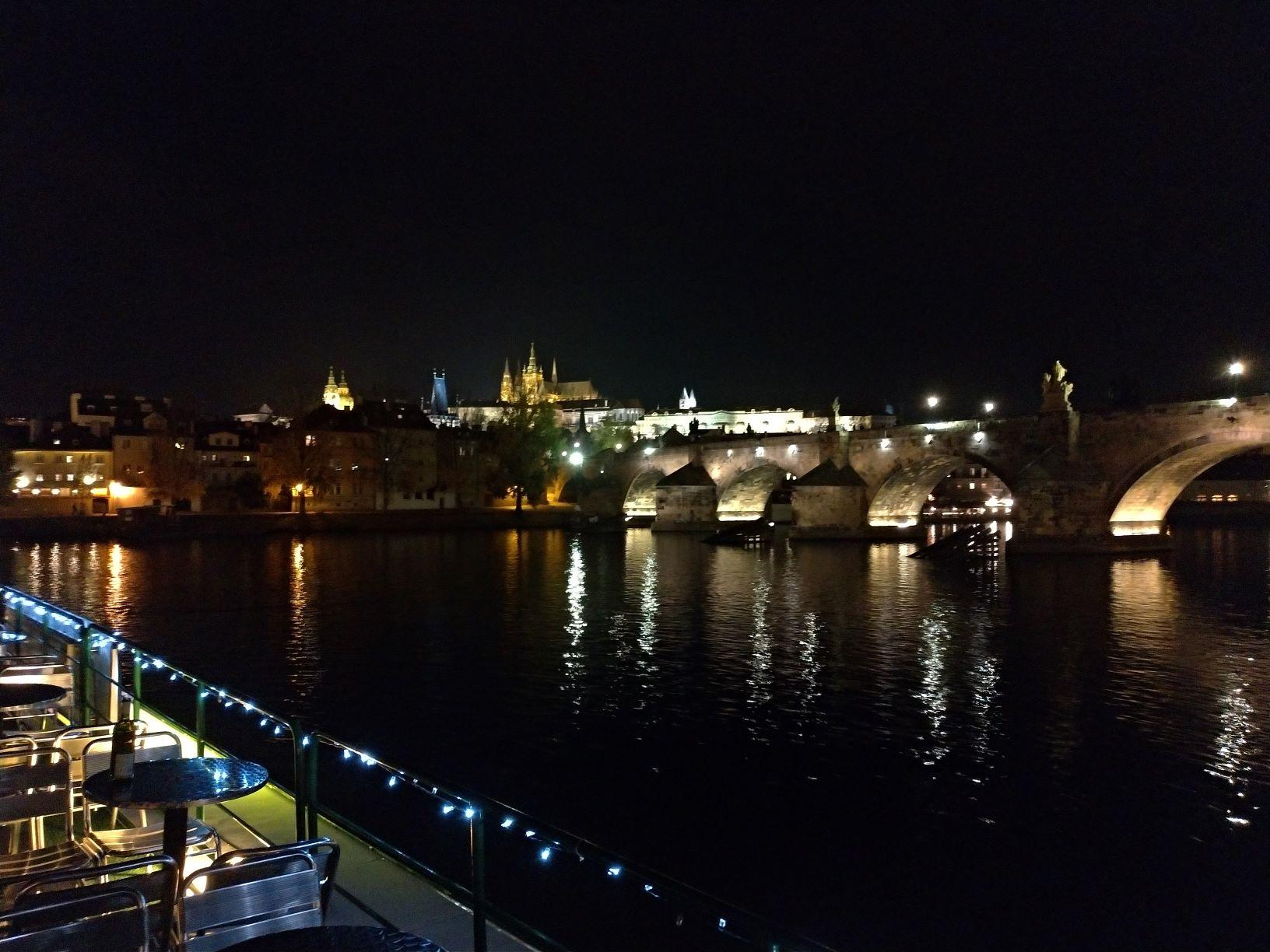 Noční výhledy na Prahu z lodi jsou úžasné